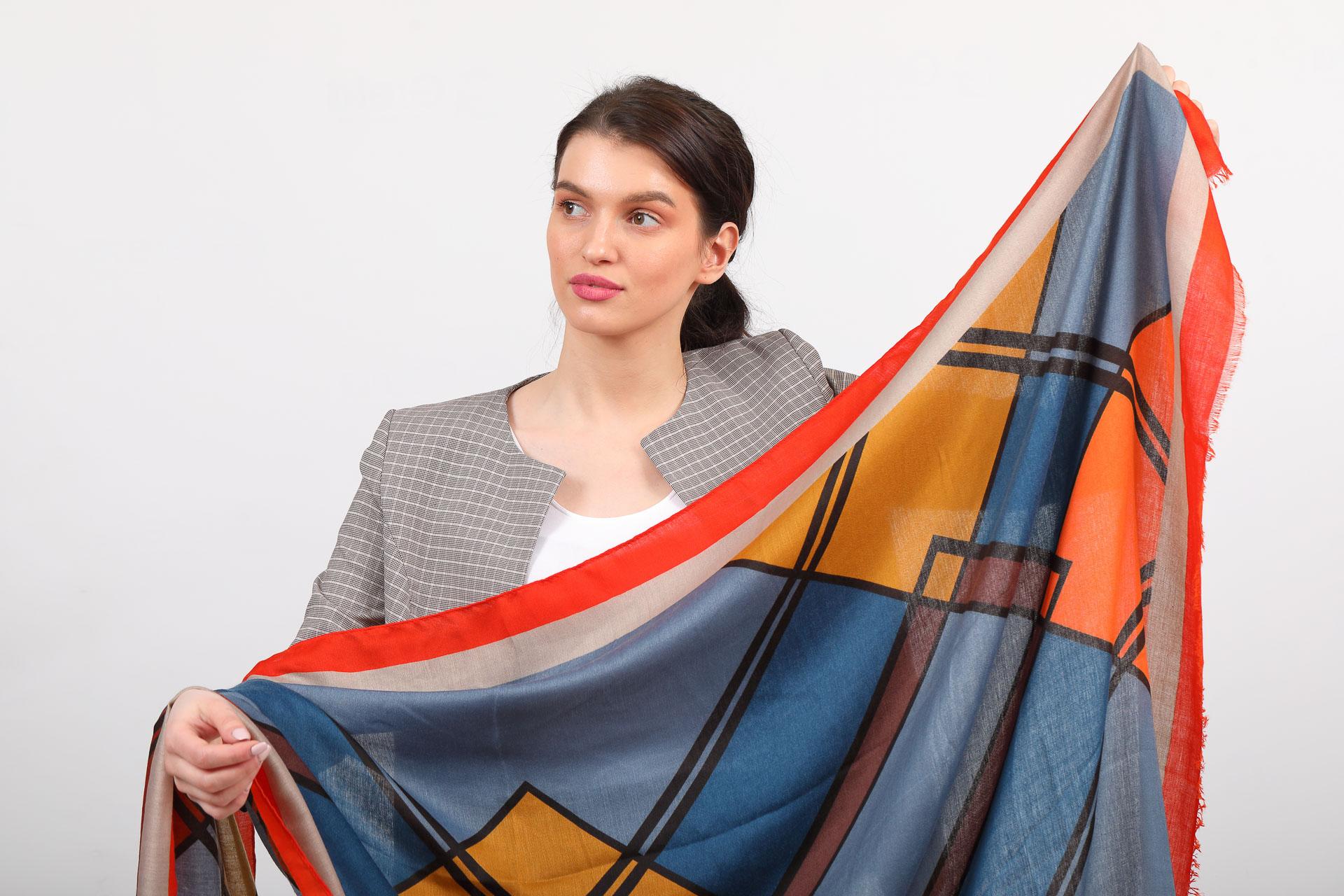На фото 2 - Легкий палантин платок с крупным геометричным принтом, цвет оранжевый с синим