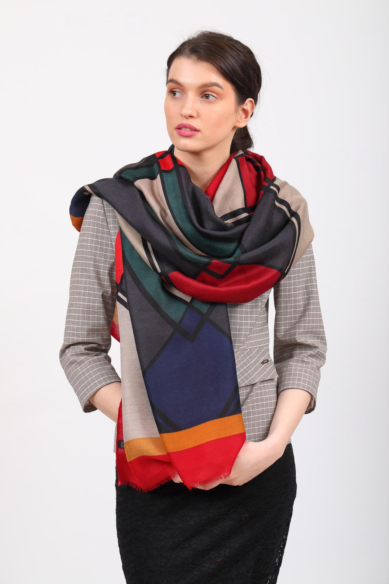 На фото 1 - Легкий палантин платок из хлопка и вискозы с геометричным принтом, цвет бордовый с серым