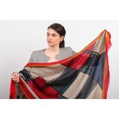 На фото 2 - Легкий палантин платок из хлопка и вискозы с геометричным принтом, цвет бордовый с серым