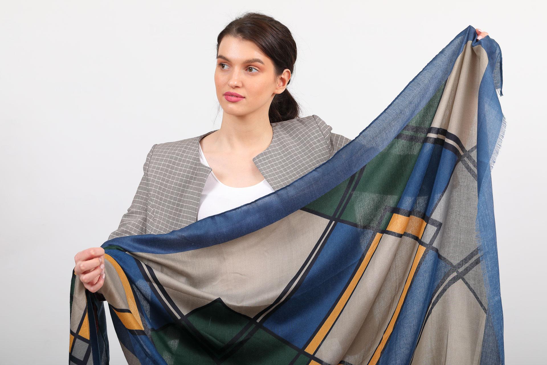 На фото 2 - Красивый палантин платок-шарф, новинка, цвет синий с желтым