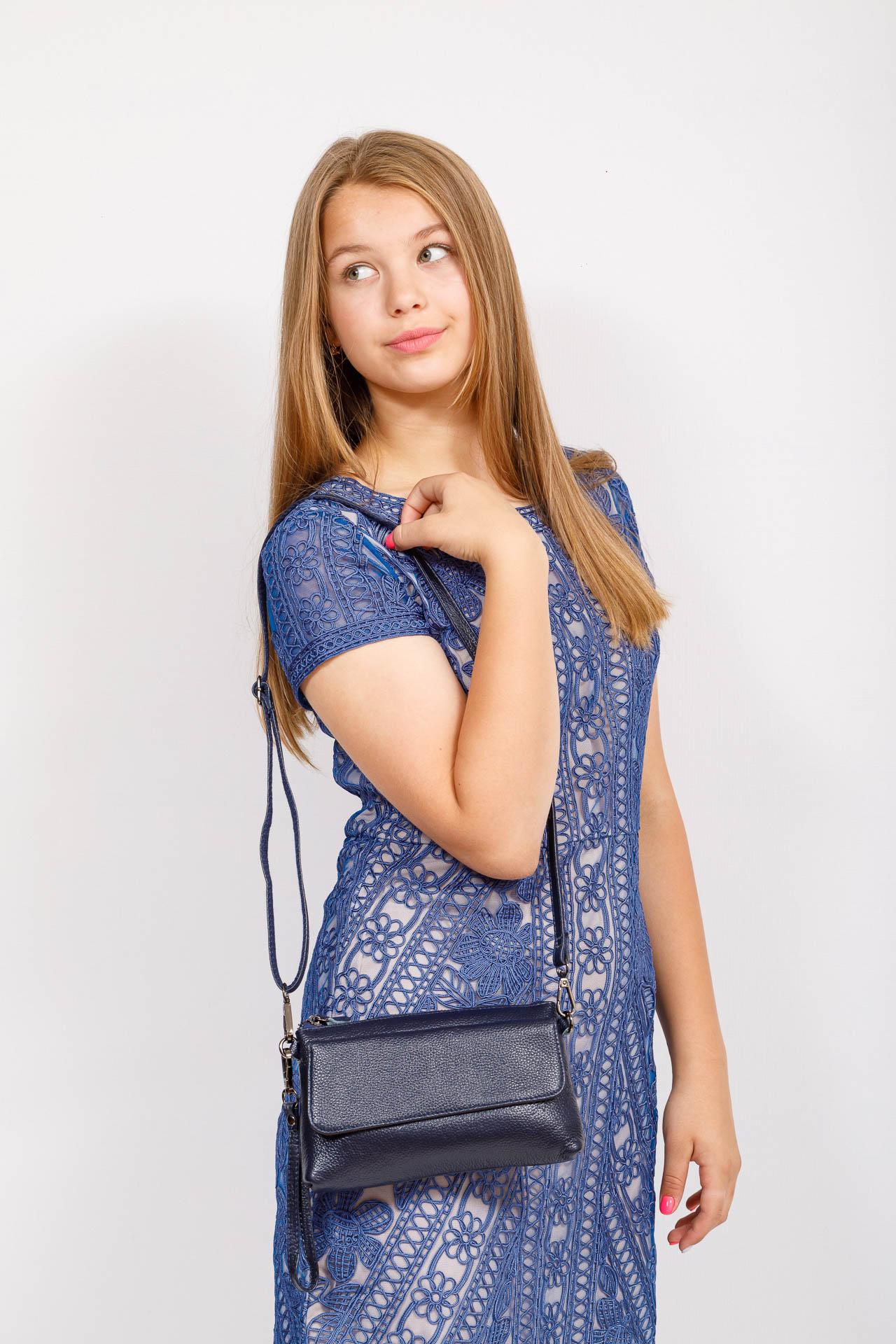 На фото 4 - Женский клатч из натуральной кожи, цвет синий