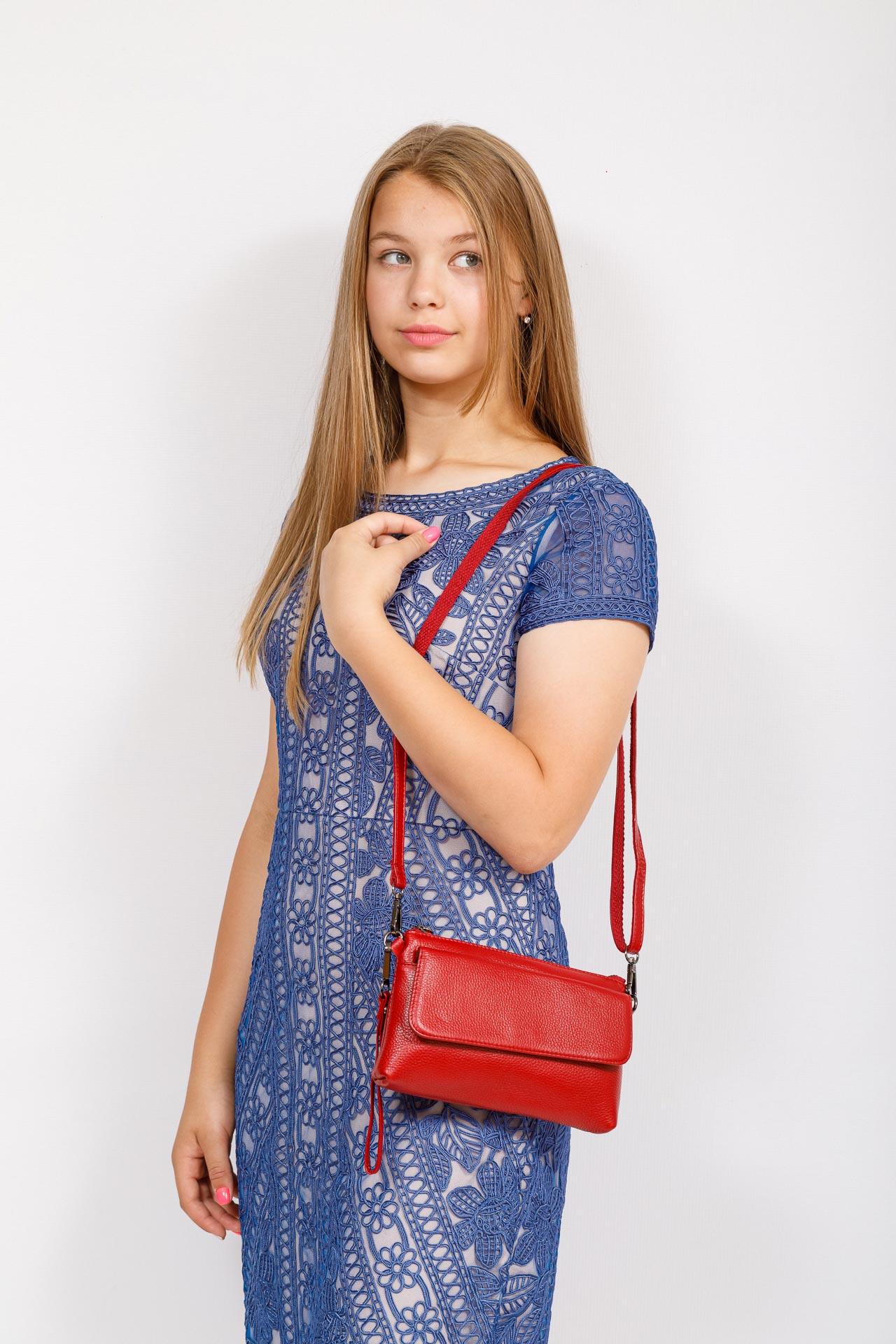 На фото 4 - Женский клатч из натуральной кожи, цвет красный
