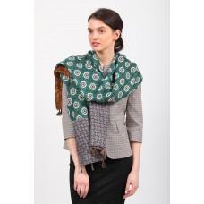 На фото 1 - Красивый палантин платок-шарф из с цветочными мотивами, кисточками по краю цвет зеленый