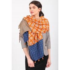 На фото 1 - Легкий палантин платок-шарф из хлопка и вискозы с цветочными мотивами, отделка кисточками, цвет оранжевый