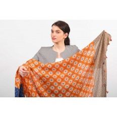 На фото 2 - Легкий палантин платок-шарф из хлопка и вискозы с цветочными мотивами, отделка кисточками, цвет оранжевый