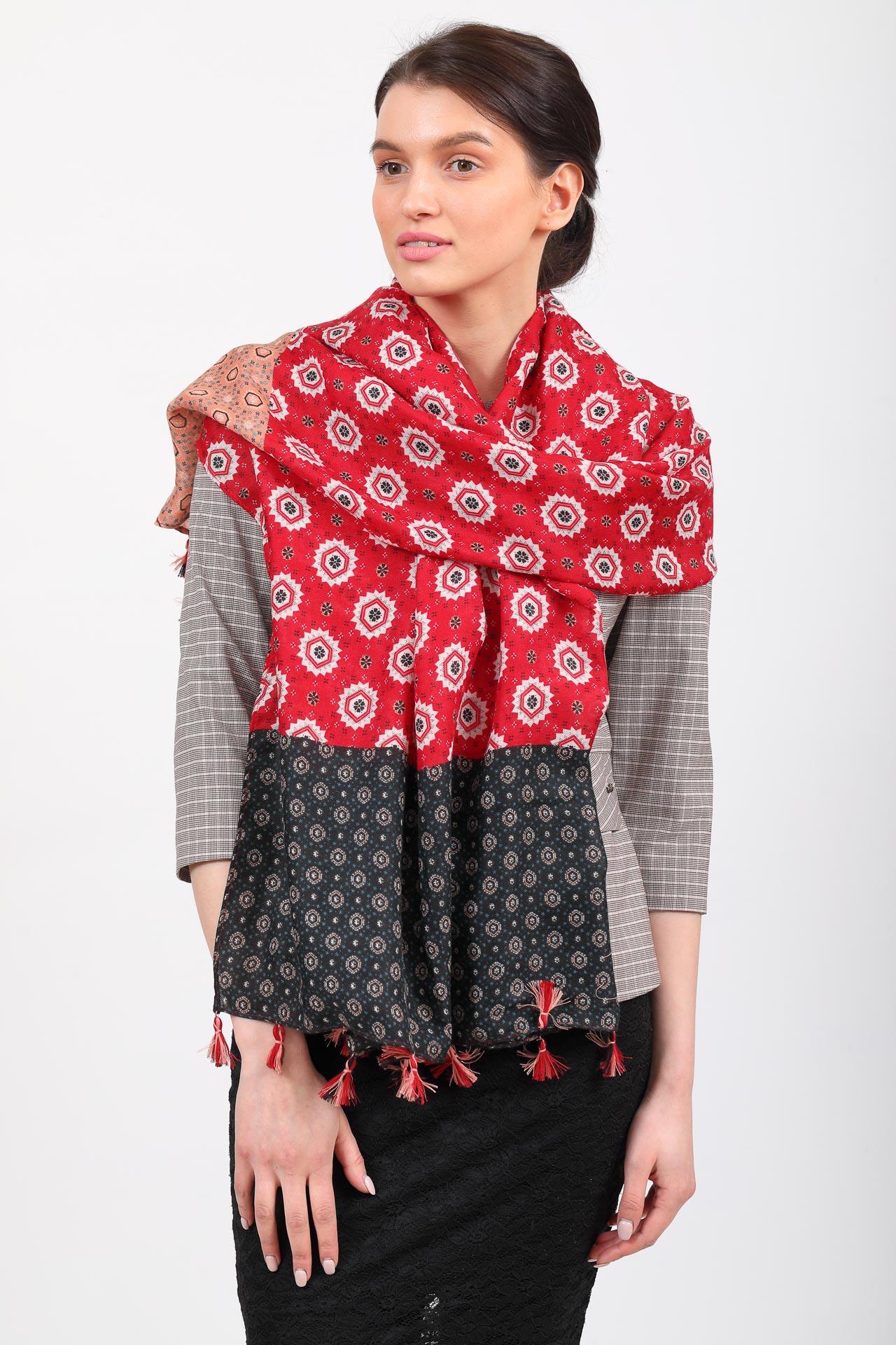 На фото 1 - Легкий палантин платок из хлопка и вискозы с цветочным принтом, цвет красный