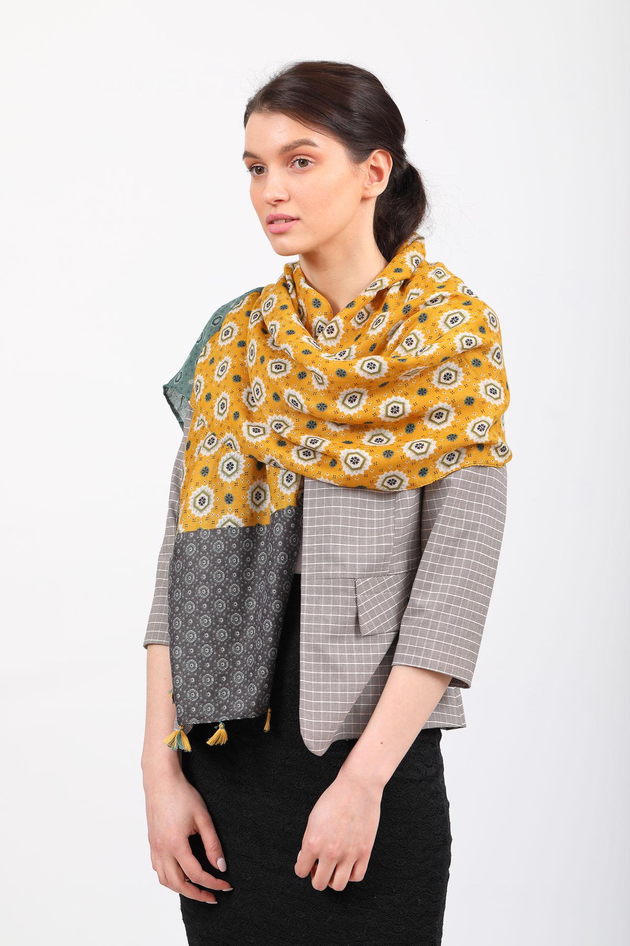 На фото 1 - Легкий палантин платок из хлопка и вискозы с цветочным принтом, цвет желтый