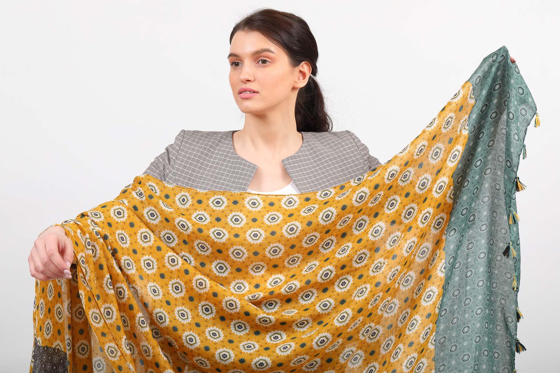 На фото 2 - Легкий палантин платок из хлопка и вискозы с цветочным принтом, цвет желтый