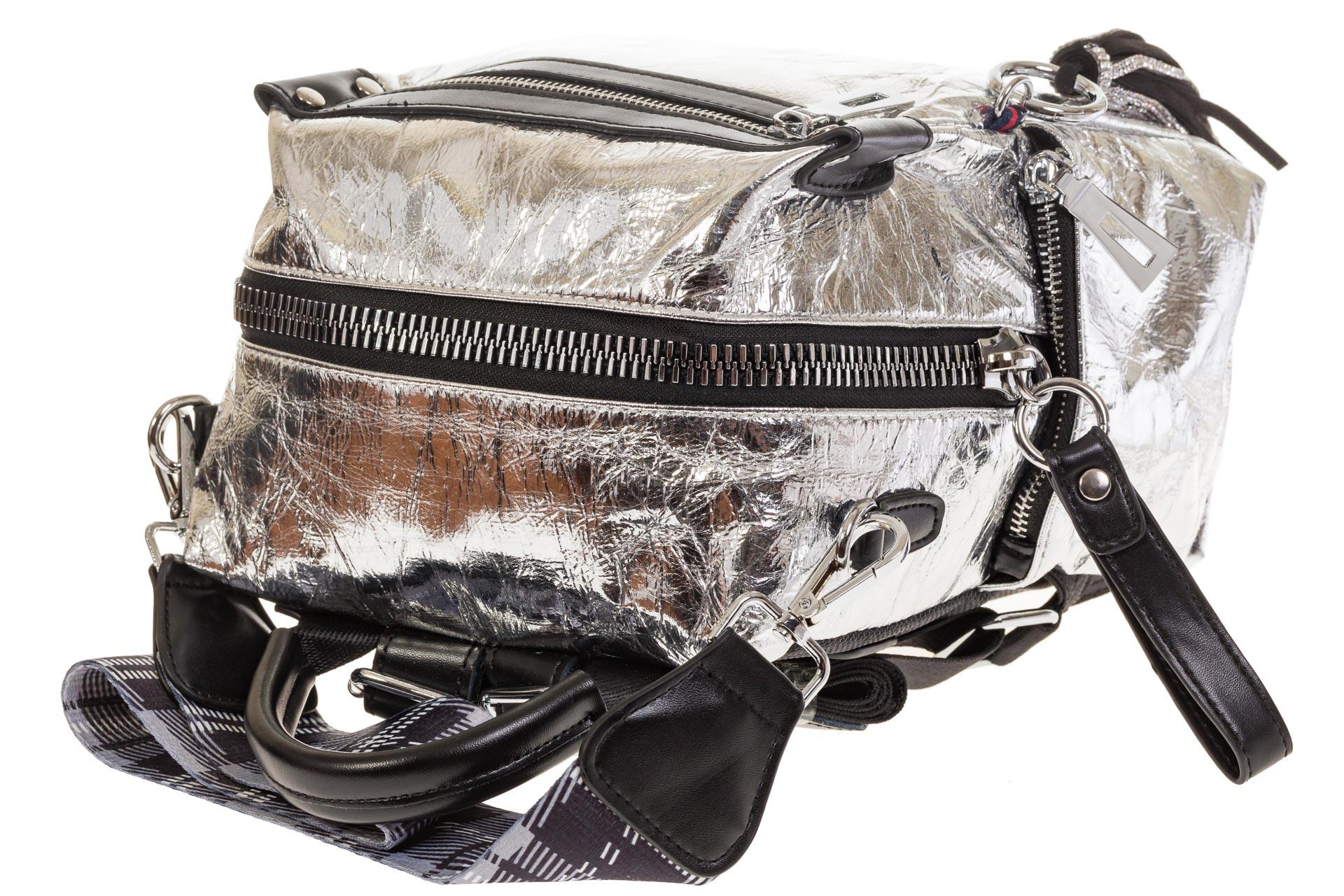 На фото 4 - Сумка-рюкзак серебристого цвета из искусственной кожи