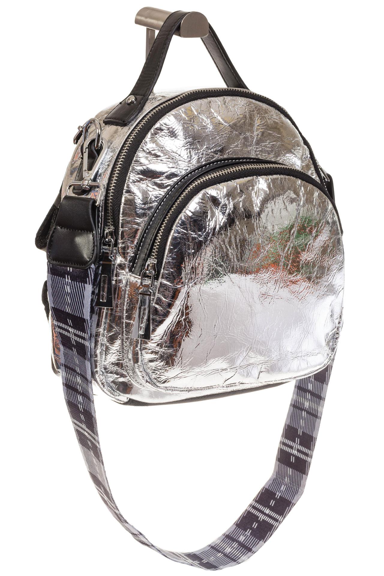 На фото 1 - Серебряный рюкзак из искусственной кожи округлой формы