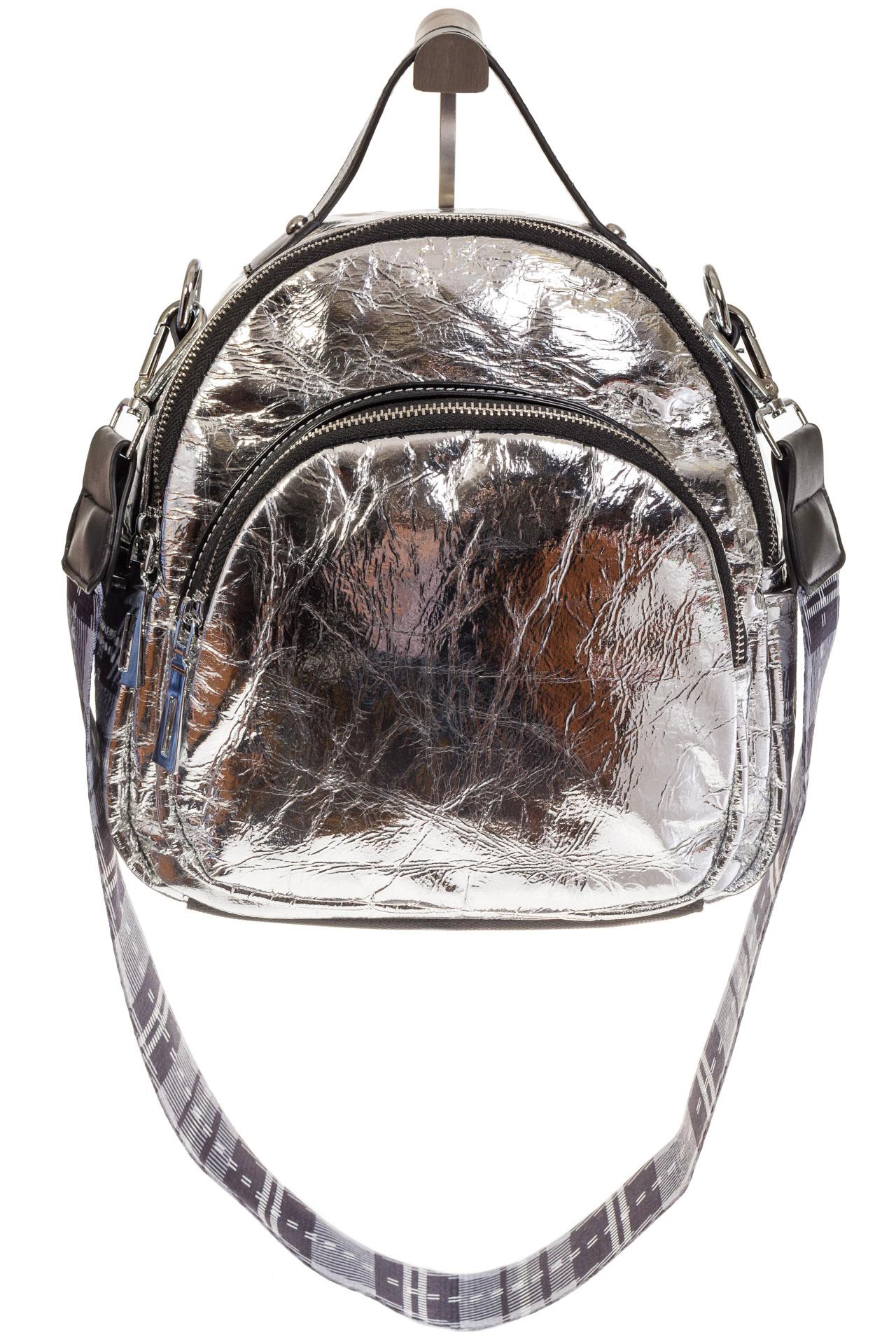 На фото 2 - Серебряный рюкзак из искусственной кожи округлой формы