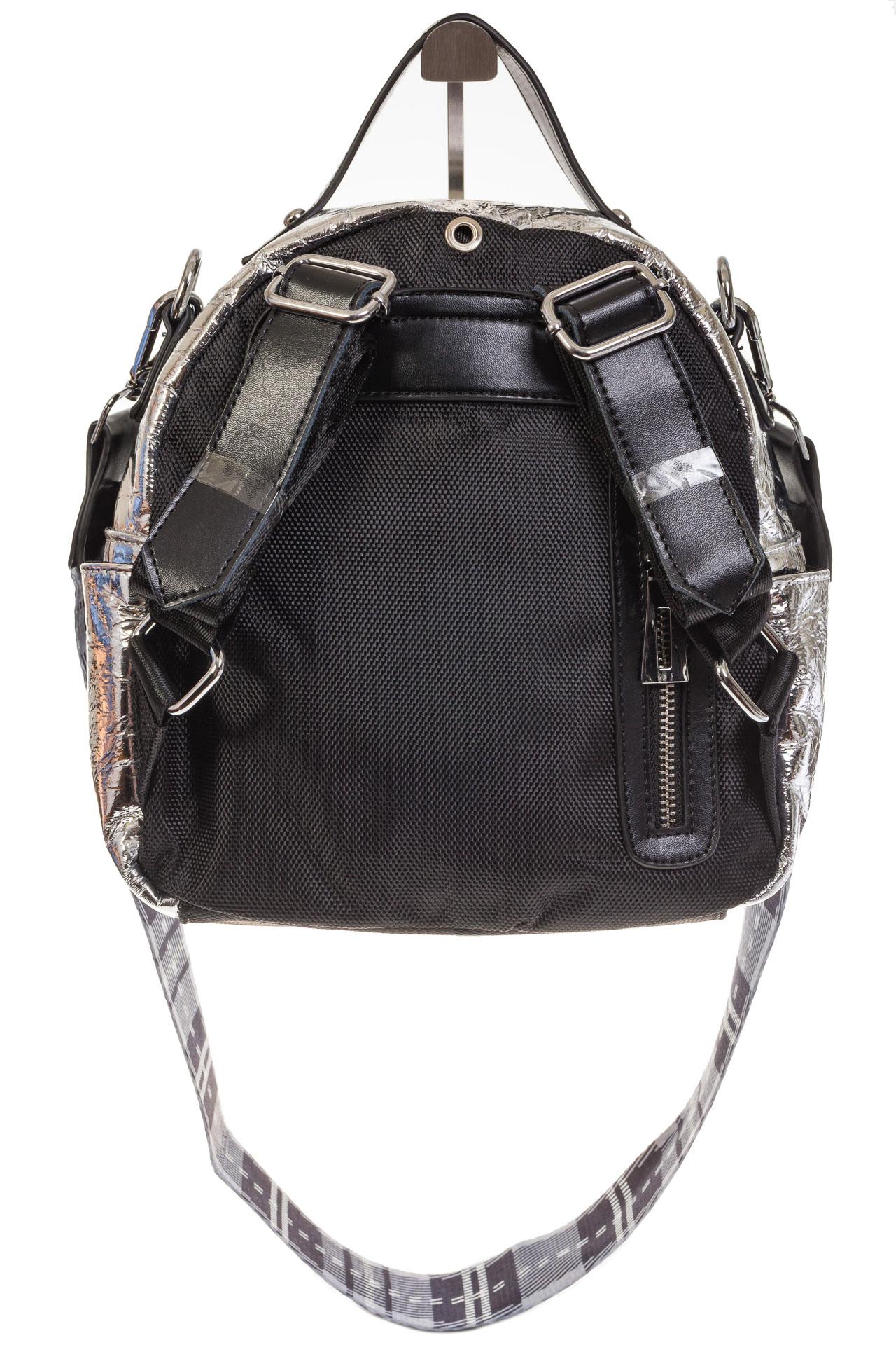 На фото 3 - Серебряный рюкзак из искусственной кожи округлой формы