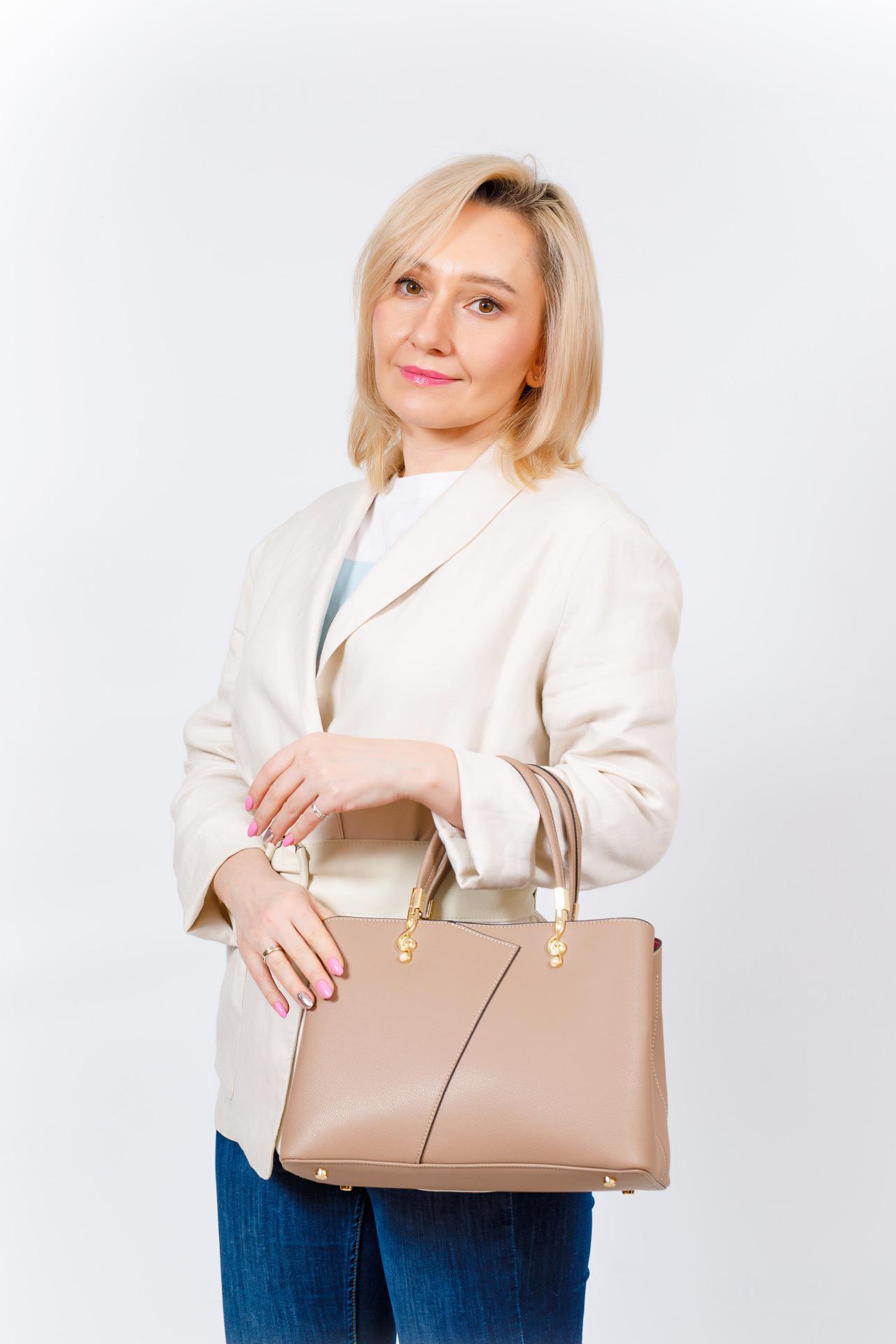 На фото 5 - Кожаная женская сумка тоут со скрипичным ключом, цвет красный