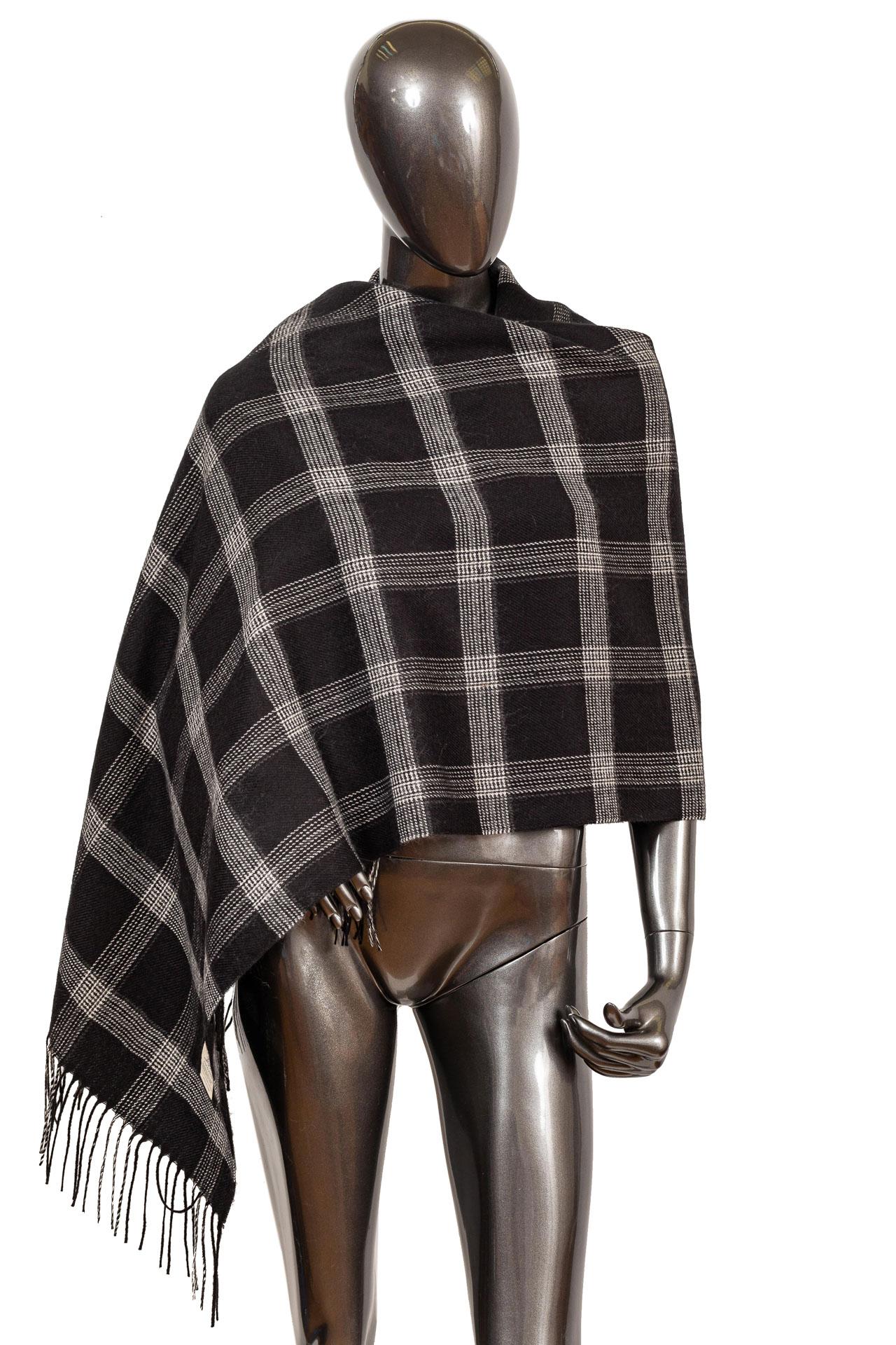 На фото 1 - Недорогой шарф-палантин из кашемира, цвет черный