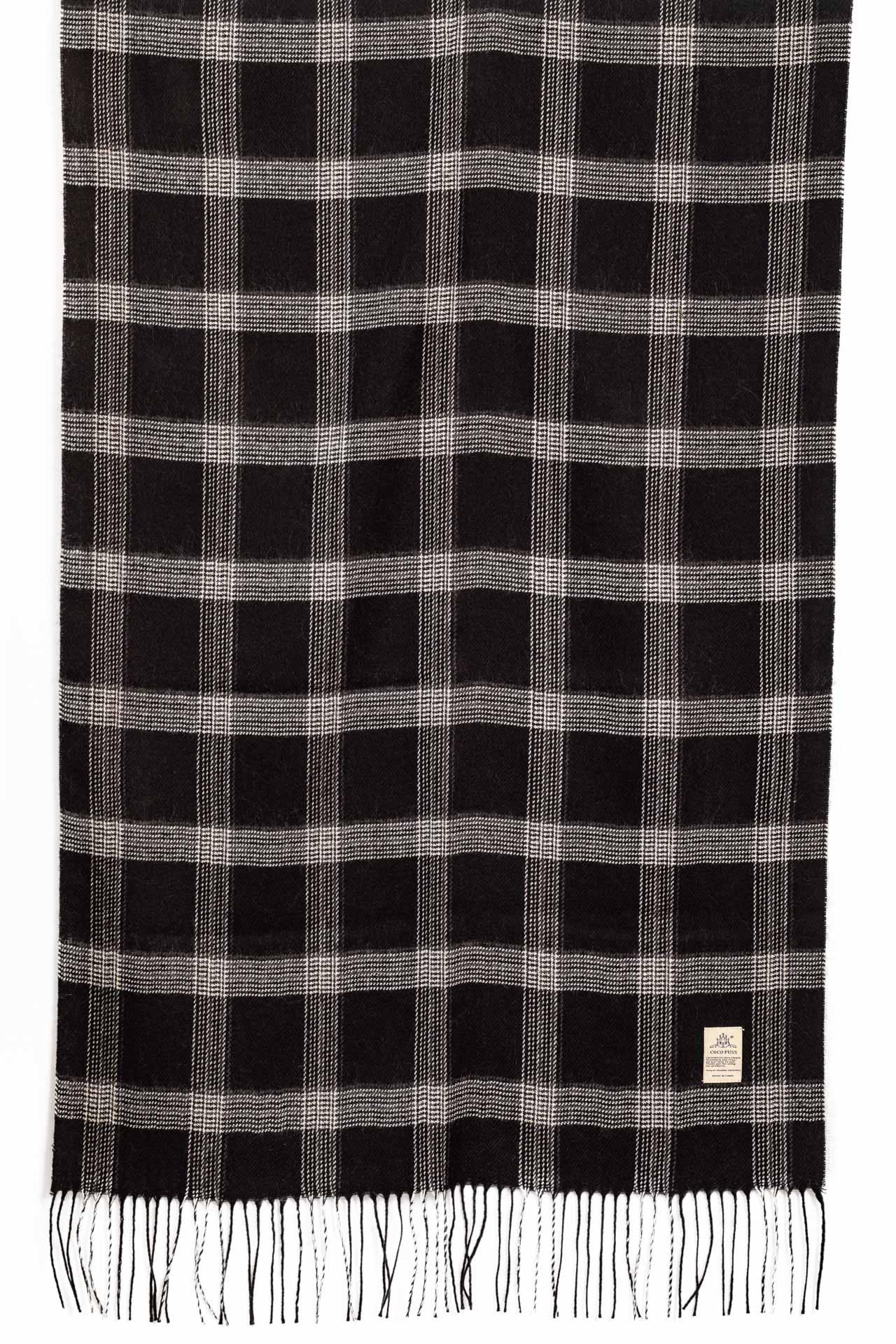 На фото 2 - Недорогой шарф-палантин из кашемира, цвет черный