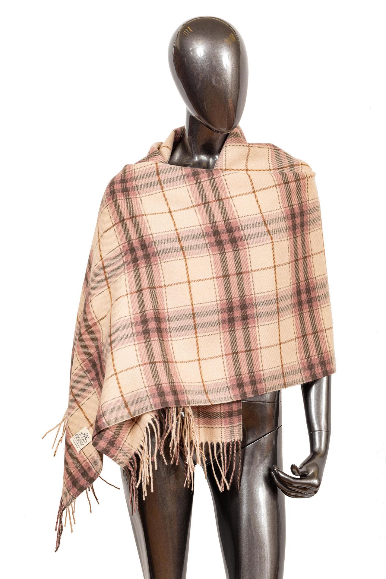 На фото 1 - Недорогой шарф-палантин из кашемира, цвет розовый
