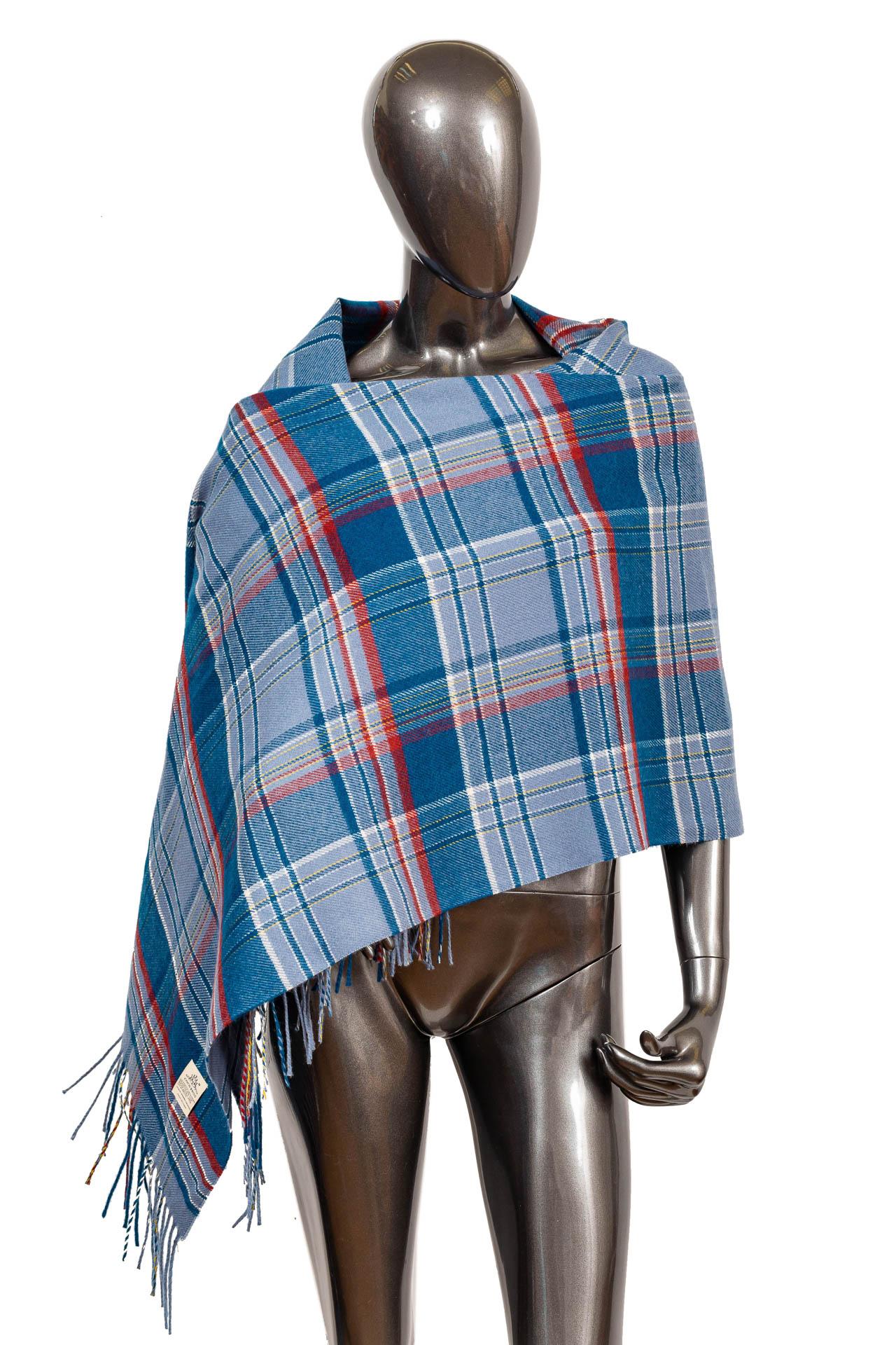 На фото 1 - Недорогой шарф-палантин из кашемира, цвет синий