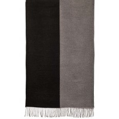 На фото 2 - Широкий палантин из кашемира, цвет черный