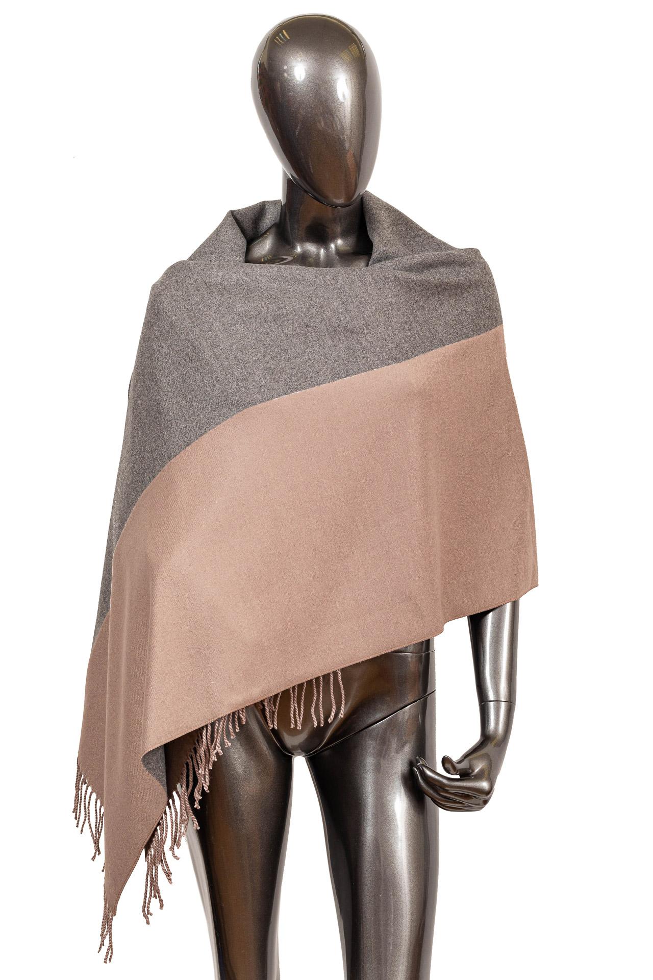 На фото 1 - Широкий шарф-палантин из кашемира, цвет серый
