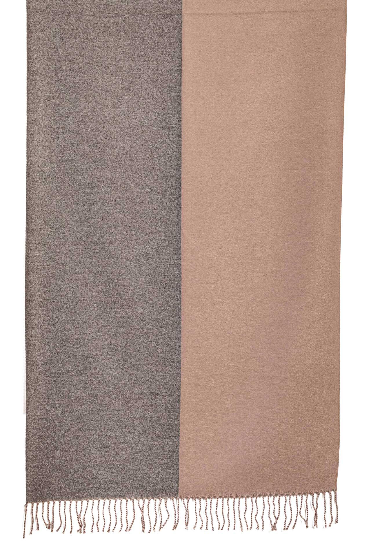 На фото 2 - Широкий шарф-палантин из кашемира, цвет серый