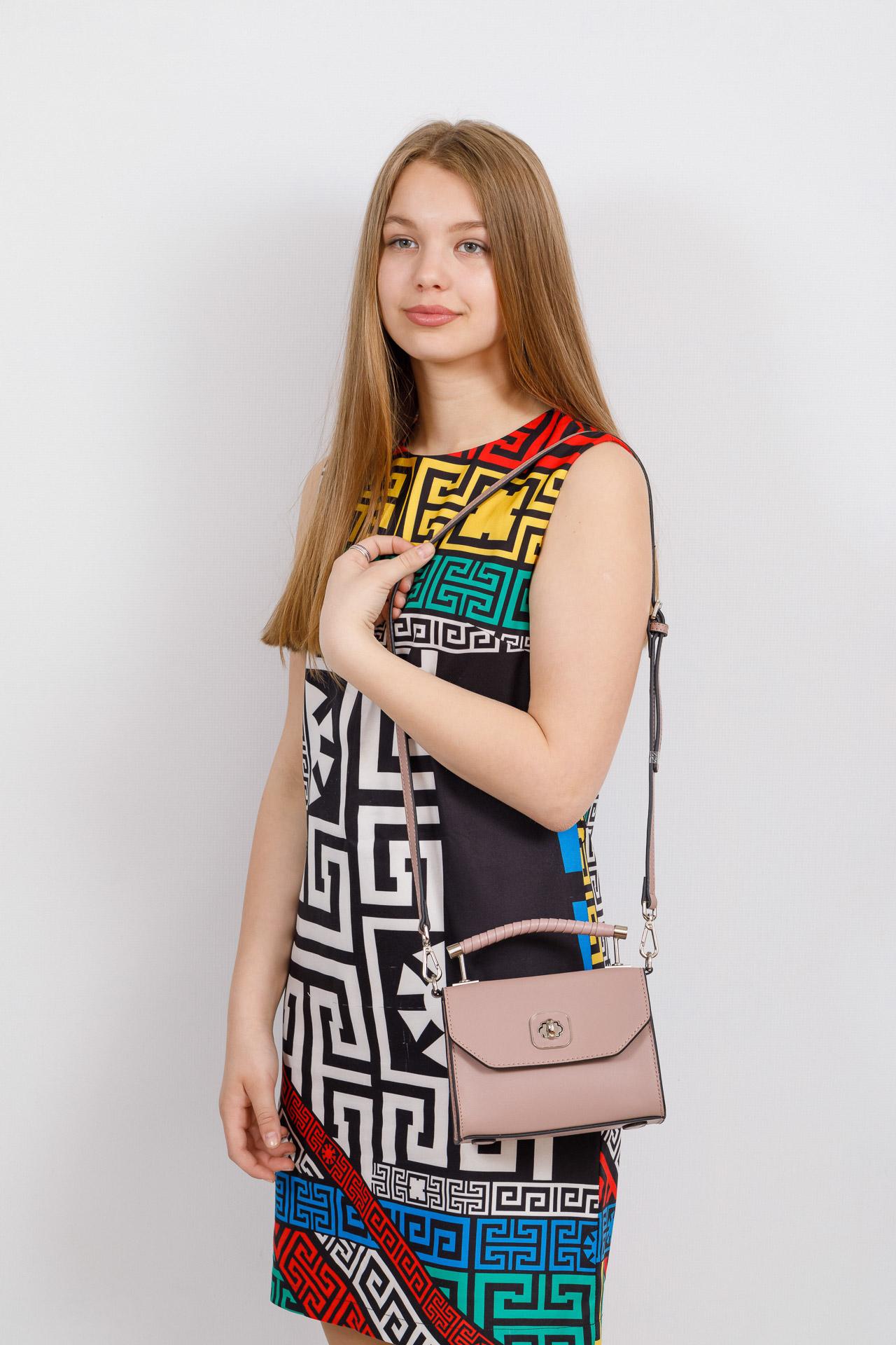 На фото 4 - Каркасная сумка-малышка из натуральной кожи, цвет пудра