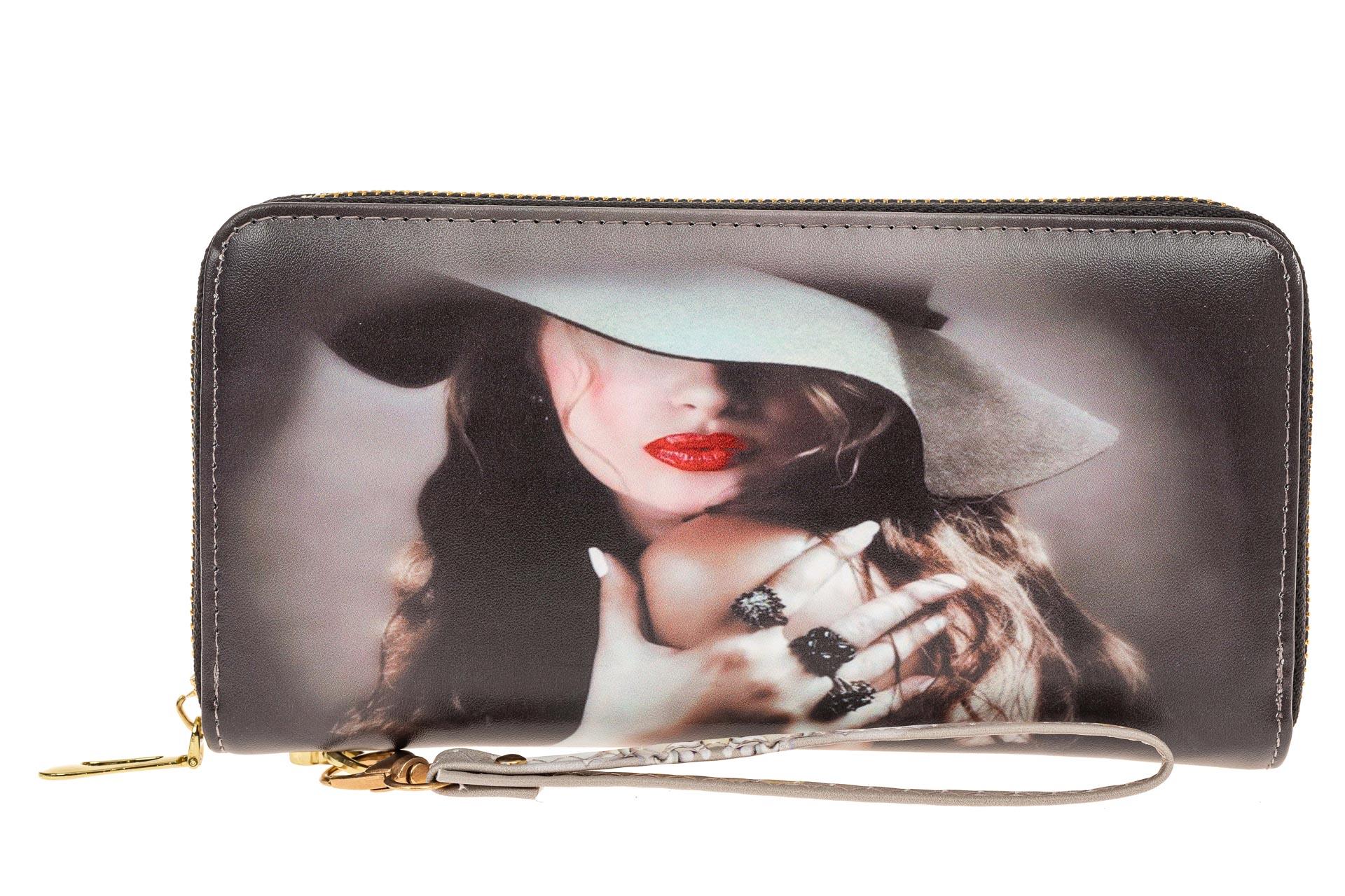На фото 1 - Женский кошелек-клатч из искусственной кожи, фотопринт дама в шляпе