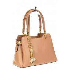 На фото 1 - Женская сумка-трапеция из экокожи с подвеской, цвет бежевый