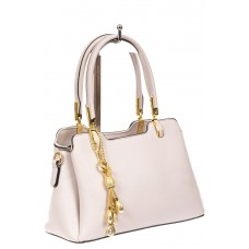 На фото 1 - Женская сумка-трапеция из экокожи с подвеской, цвет белый