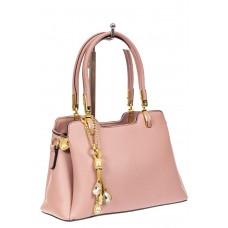 На фото 1 - Женская сумка-трапеция из экокожи с подвеской, цвет розовый