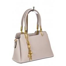 На фото 1 - Женская сумка-трапеция из экокожи с подвеской, цвет пудровый