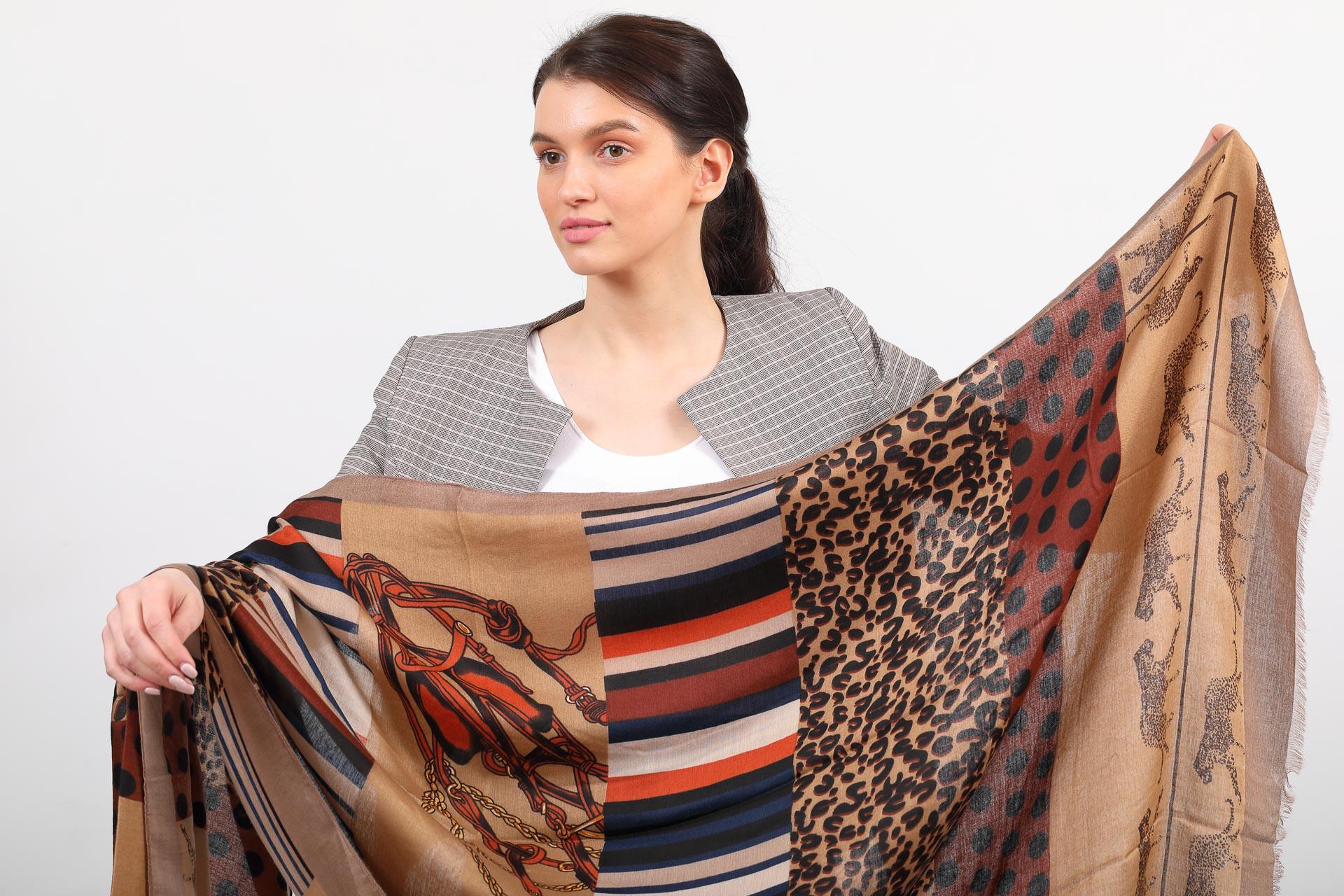 На фото 2 - Купить легкий палантин-платок (фото) из хлопка и вискозы с принтом леопард, цвет коричневый