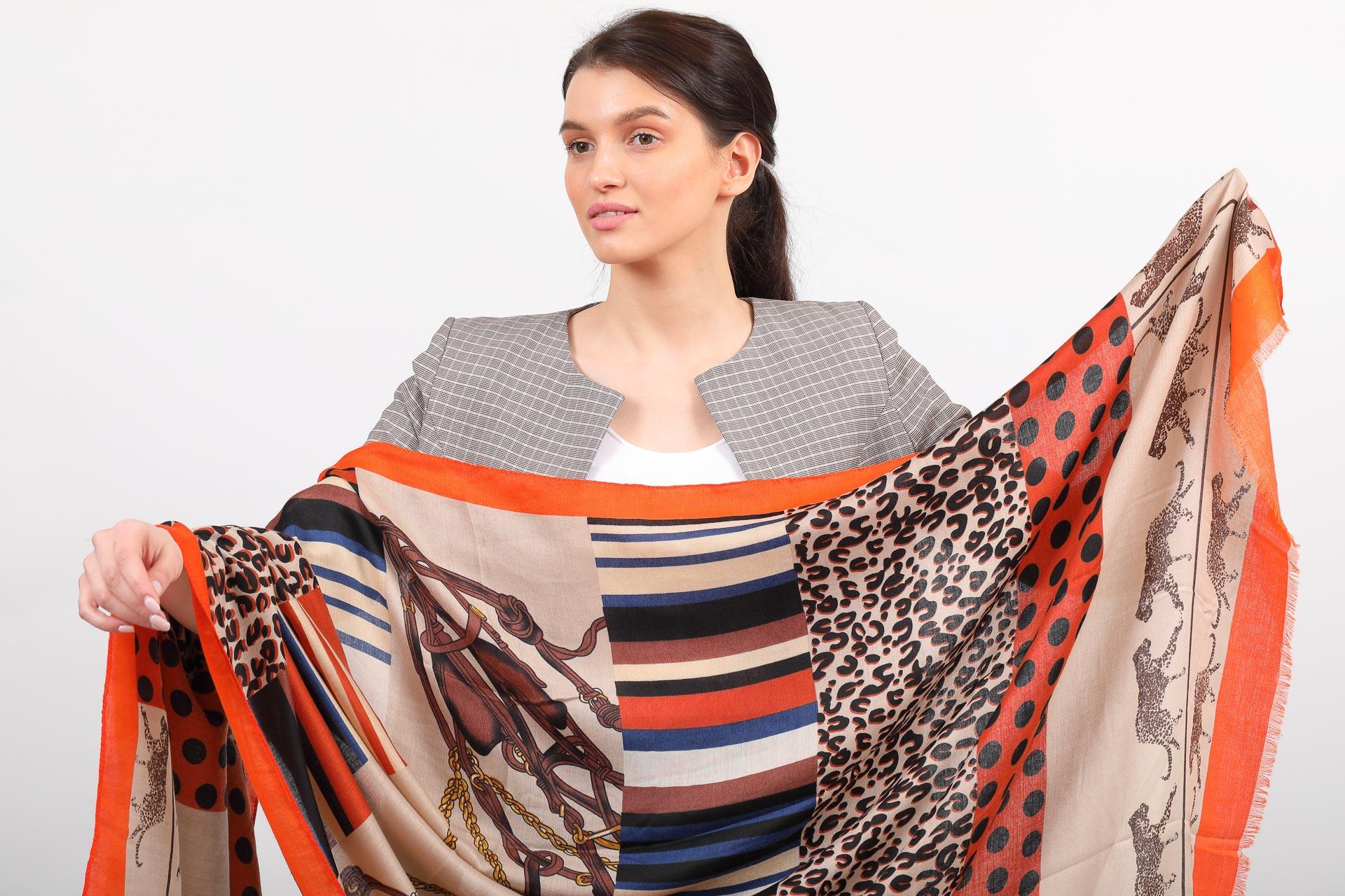 На фото 2 - Легкий палантин платок (фото) из хлопка и вискозы с принтом леопард, цвет оранжевый, купить недорого