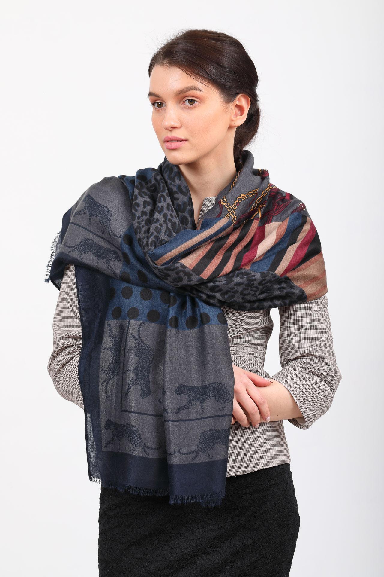 На фото 1 - Легкий палантин платок из хлопка и вискозы с принтом леопард, цвет серый