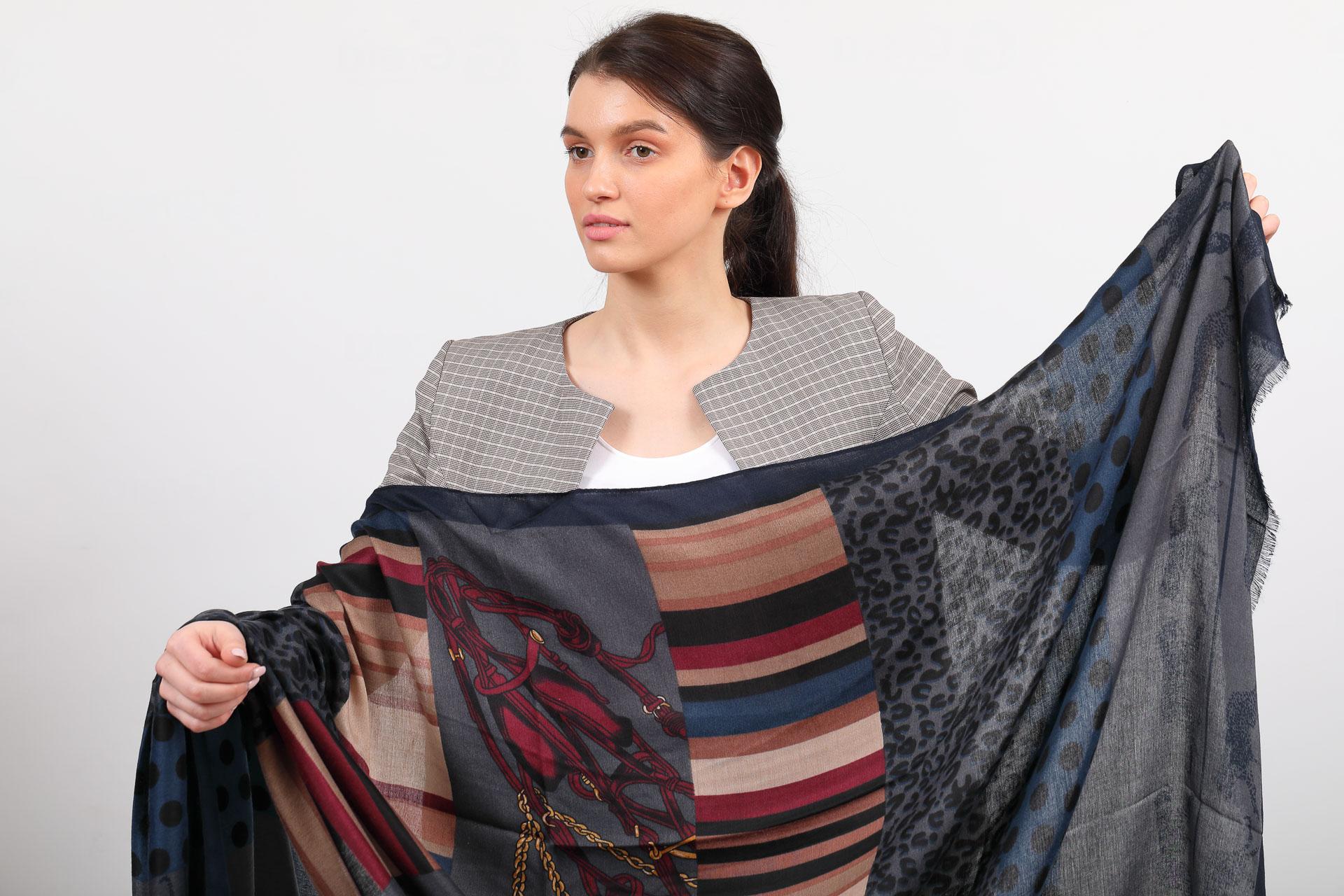 На фото 2 - Легкий палантин платок из хлопка и вискозы с принтом леопард, цвет серый