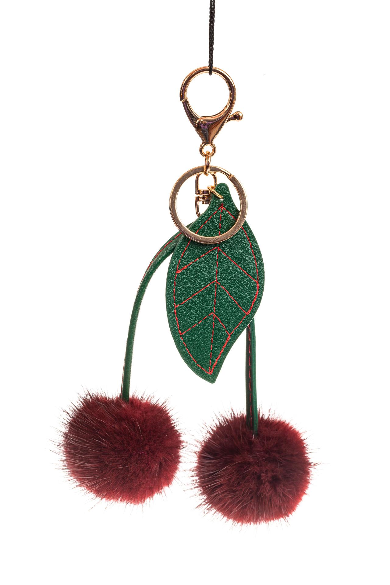 На фото 1 - Подарочный брелок из натурального меха бордового цвета