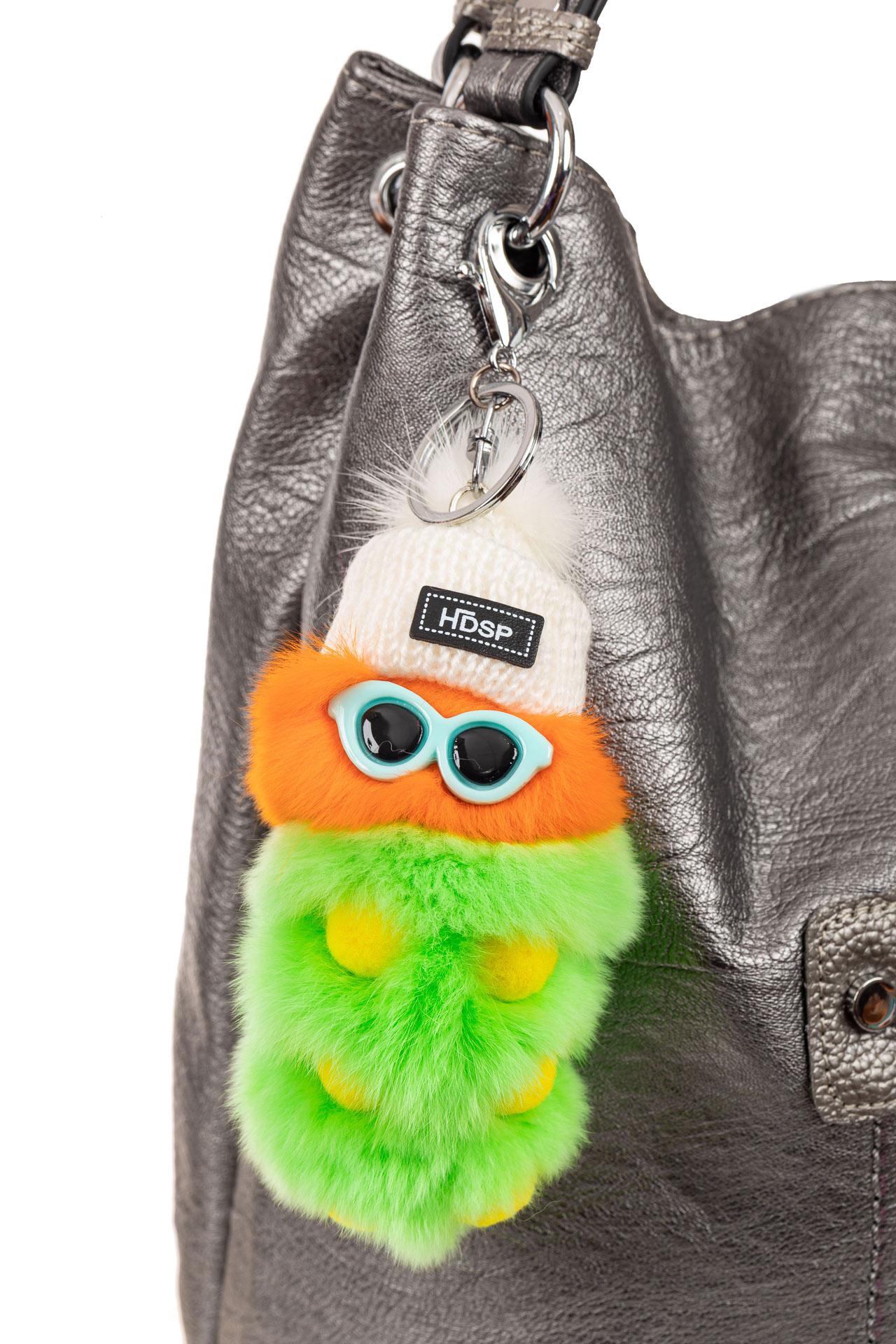 На фото 2 - Брелок из натурального меха на сумочку зеленого цвета