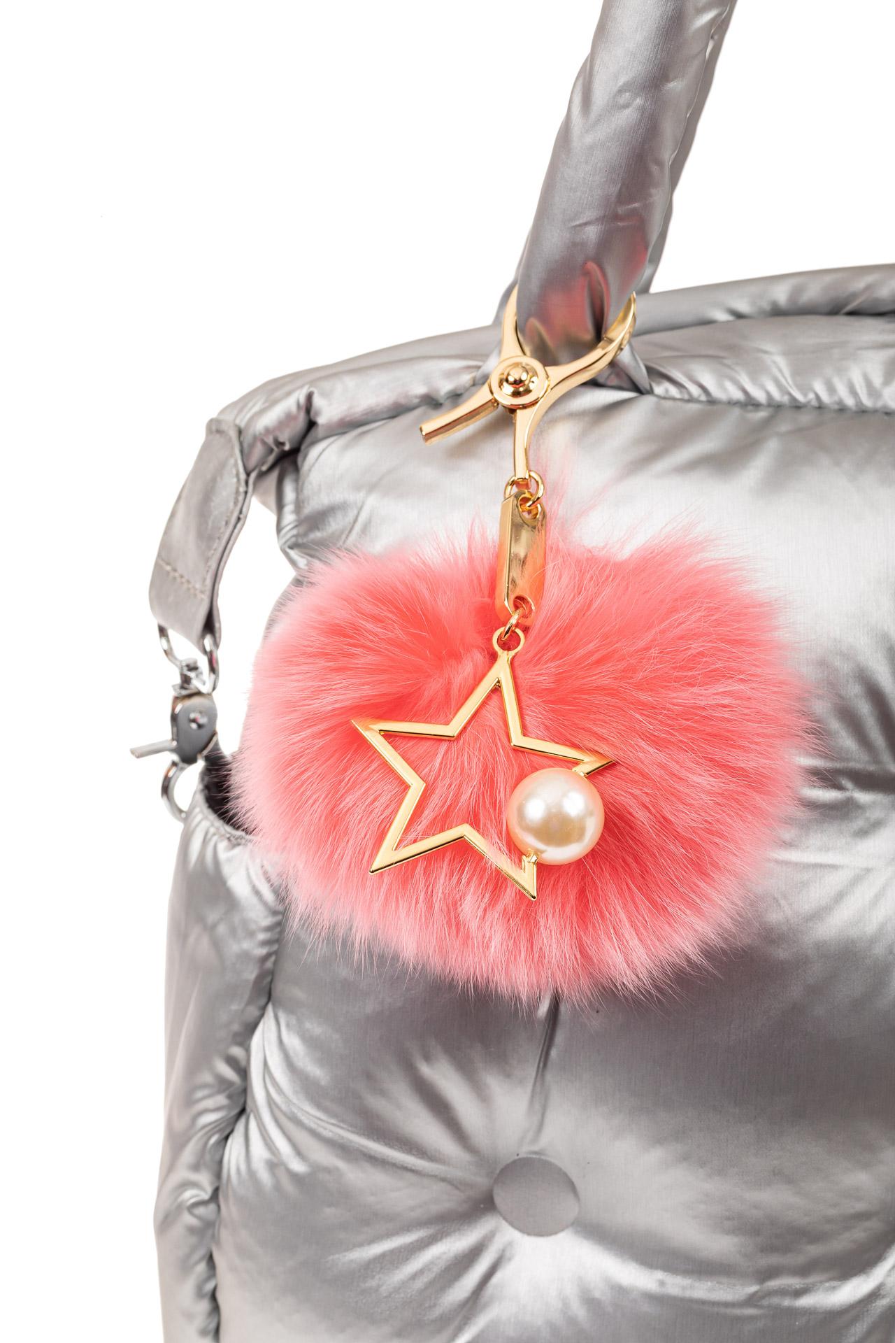 На фото 2 - Брелок из натурального меха розового цвета