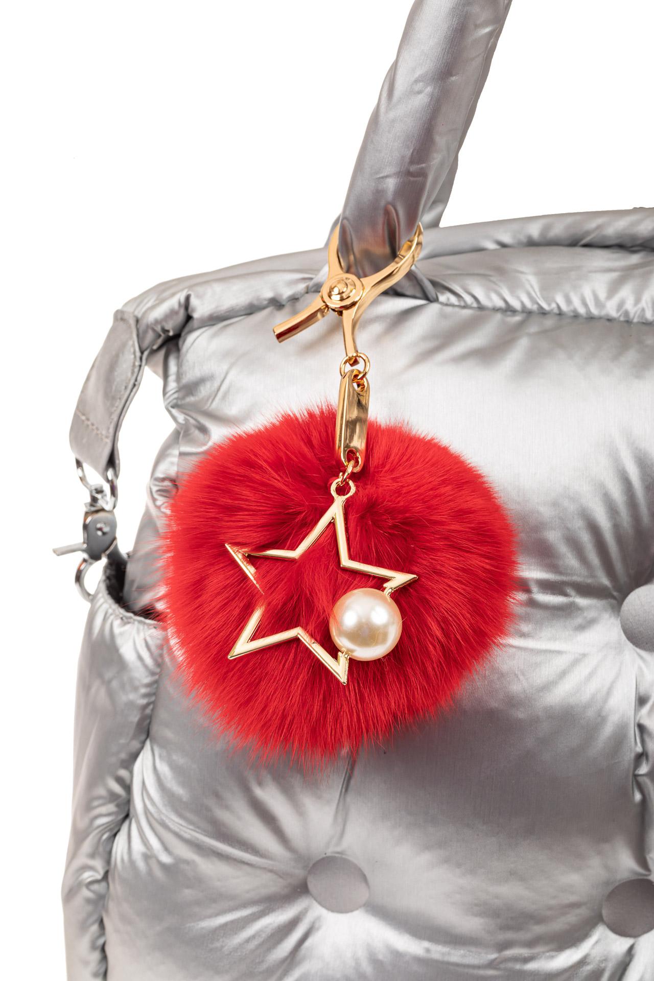 На фото 2 - Брелок из натурального меха красного цвета