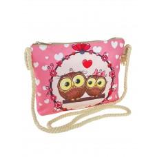 На фото 1 - Детская текстильная сумочка кросс-боди с принтом, цвет розовый