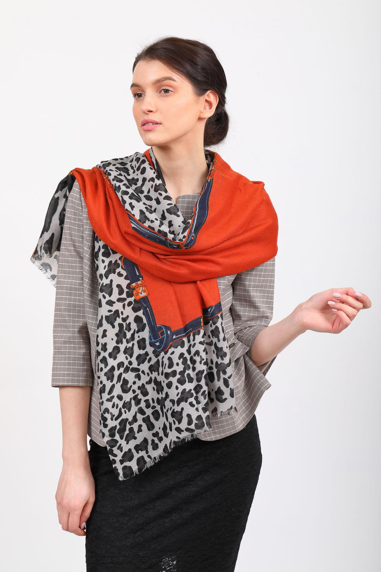 На фото 1 - Легкий палантин платок из хлопка и вискозы, цвет оранжевый