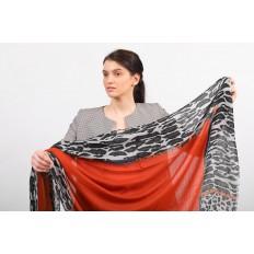 На фото 2 - Легкий палантин платок из хлопка и вискозы, цвет оранжевый