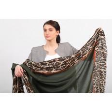 На фото 2 - Легкий палантин платок из хлопка и вискозы, цвет зеленый