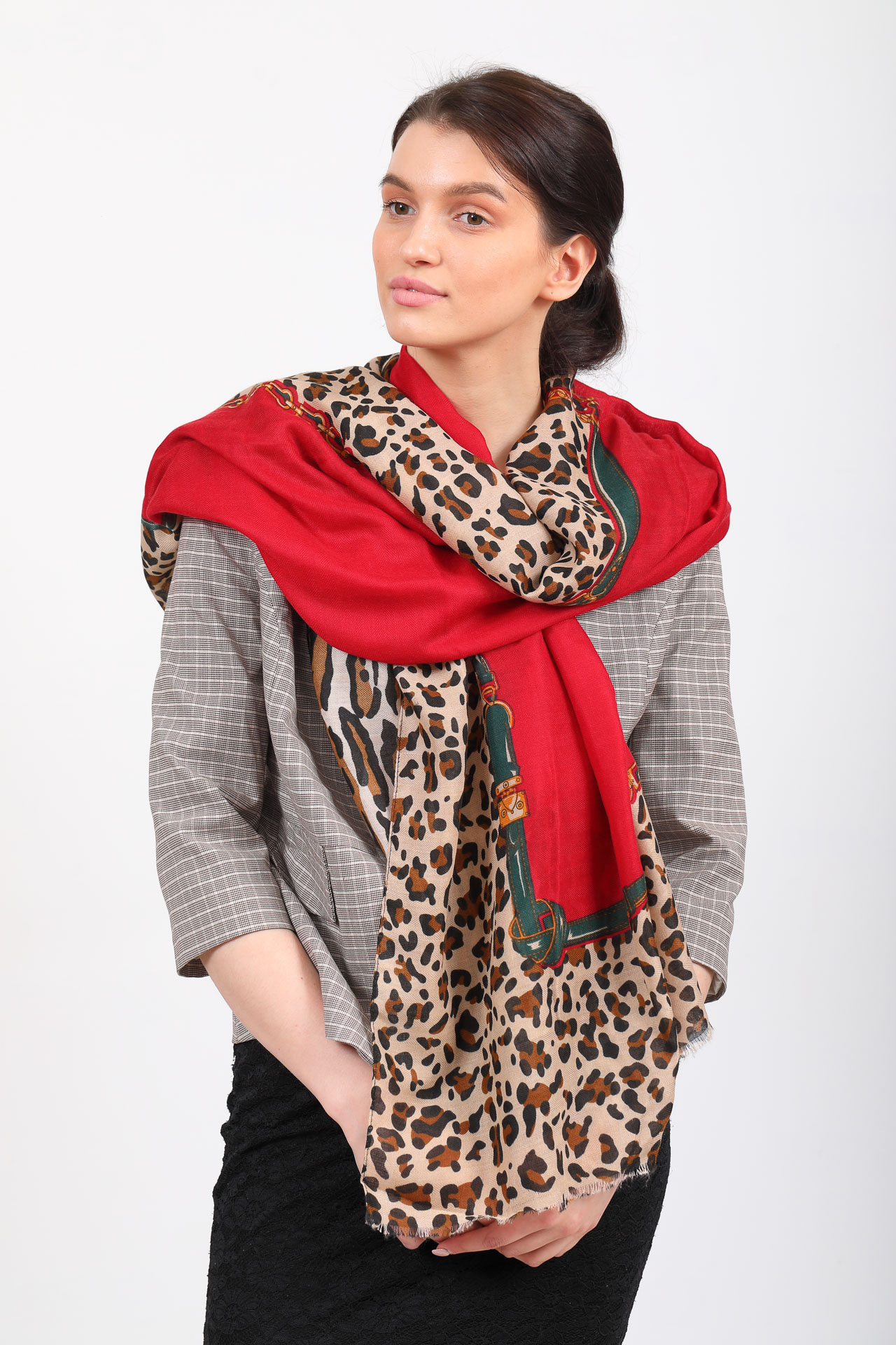 На фото 1 - Легкий палантин платок из хлопка и вискозы, цвет красный