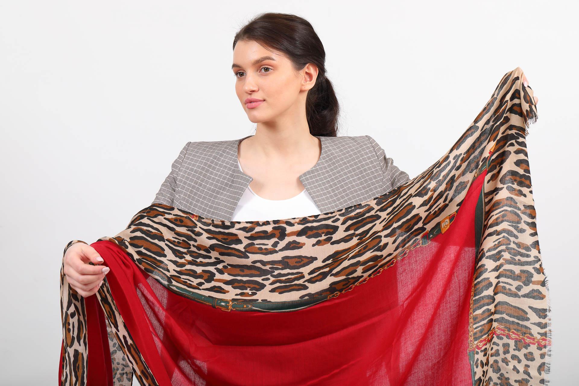 На фото 2 - Легкий палантин платок из хлопка и вискозы, цвет красный