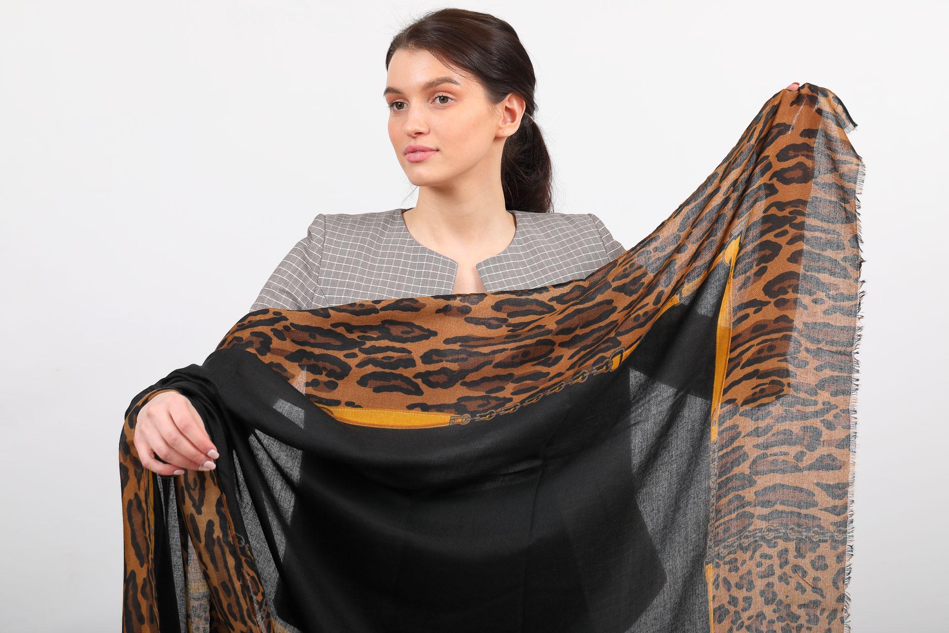 На фото 2 - Легкий палантин платок из хлопка и вискозы, цвет черный