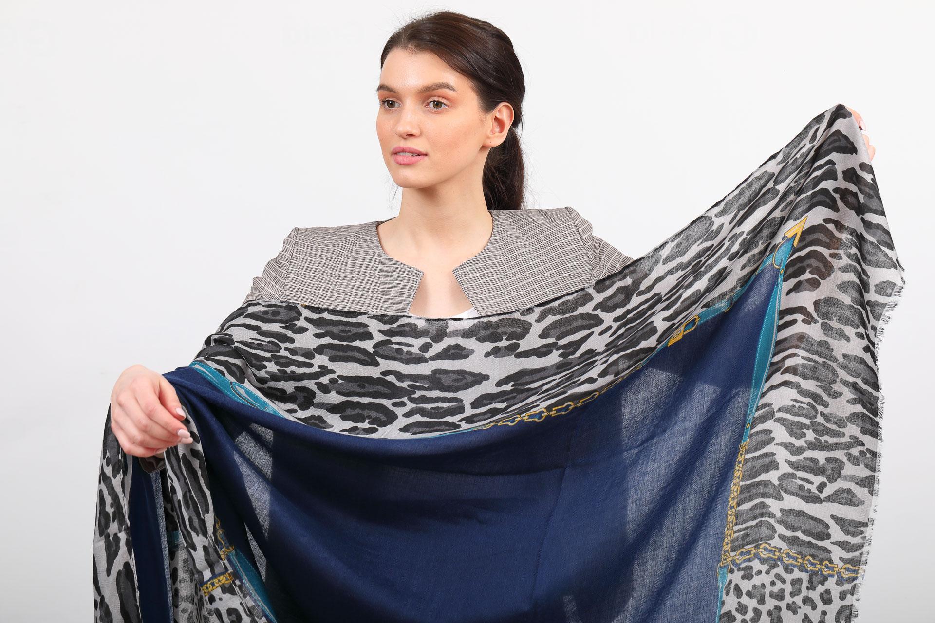На фото 2 - Легкий палантин платок из хлопка и вискозы, цвет синий