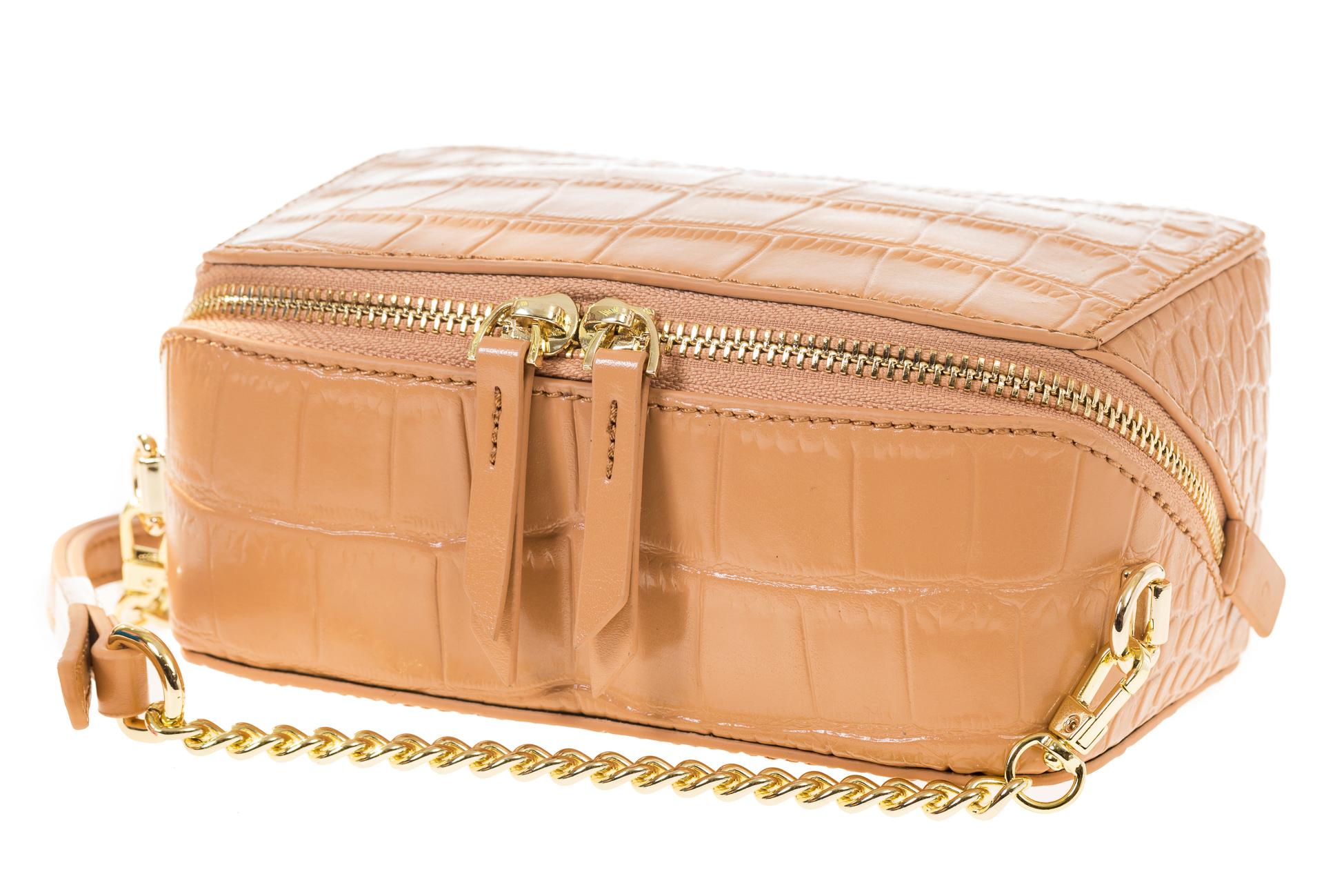 На фото 4 - Перламутровая сумка-коробочка бежевого цвета 13G178K