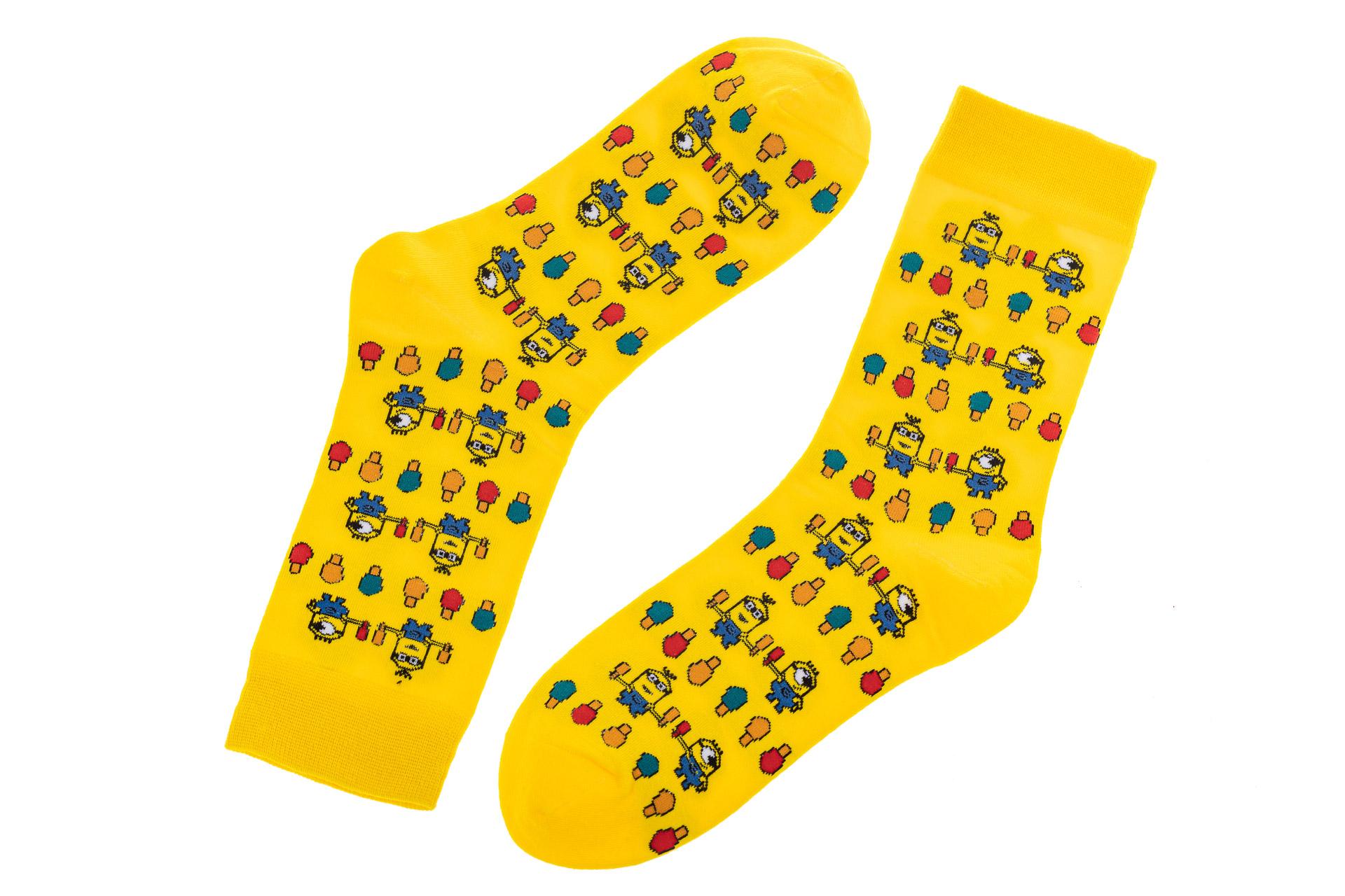 На фото 2 - Женские носки с принтом, цвет желтый с миньонами