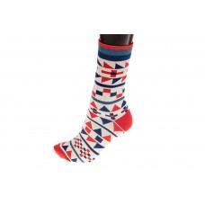 На фото 1 - Женские носки с геометричным красно-синим орнаментом, основной цвет белый