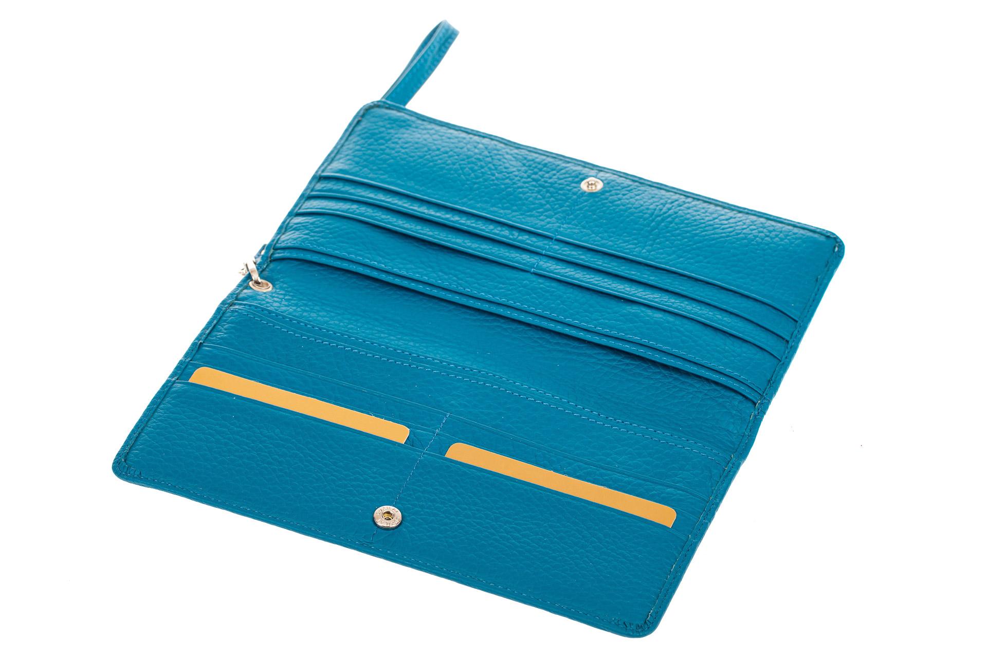 На фото 2 - Кожаный кошелек для купюр и монет с накладным карманом, голубой